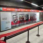 Metro Milano, fermata Duomo: Unicredit sorprende con una affissione lenticolare