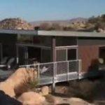 California, una casa-palafitta a impatto zero nel deserto del Mojave