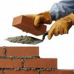 Da manager a muratore, una donna impegnata nel sociale