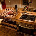 Arredamento sostenibile: una intera cucina realizzata con pallet riciclati