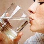 Dimagrire bevendo due bicchieri di acqua prima dei pasti