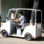 A Gaza un taxi elettrico costruito con materiali riciclati. Foto e video