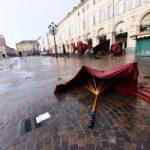 Nubifragio su Torino: auto sott'acqua. I video