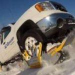L'auto si trasforma in cingolato, per affrontare la neve