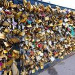 Parigi: troppi lucchetti dell'amore e il ponte rischia il crollo