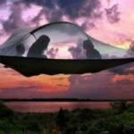 La tenda da campeggio sospesa per aria