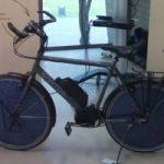 La bici fotovoltaica con i pannelli solari integrati nella ruota