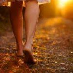 Cammina a piedi a scalzi (a casa)