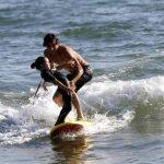Il surf come terapia contro il disagio sociale: il campione Leonardo Fioravanti tra le onde con 30 b...