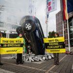 """Greenpeace """"pianta"""" un auto all'ingresso della fiera dell'auto di Francoforte"""
