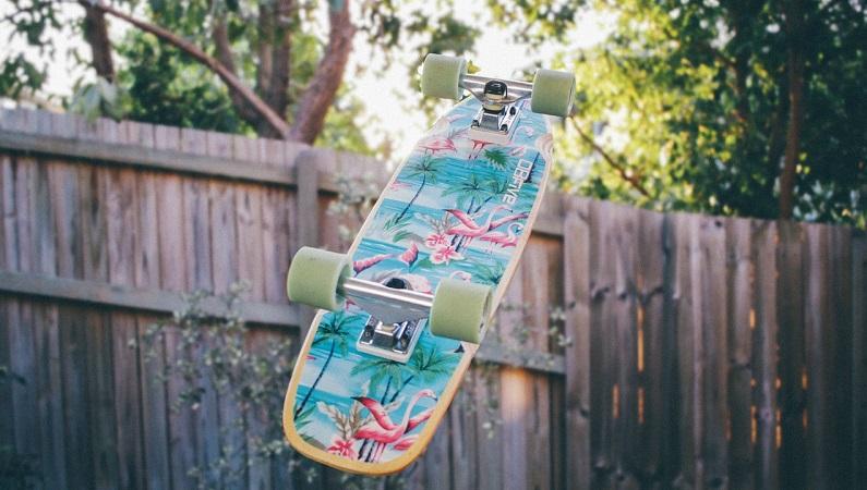 Sfrecciare dalla parte dell'ambiente con lo skateboard